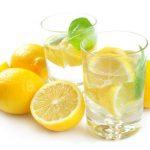un vaso de agua con limon