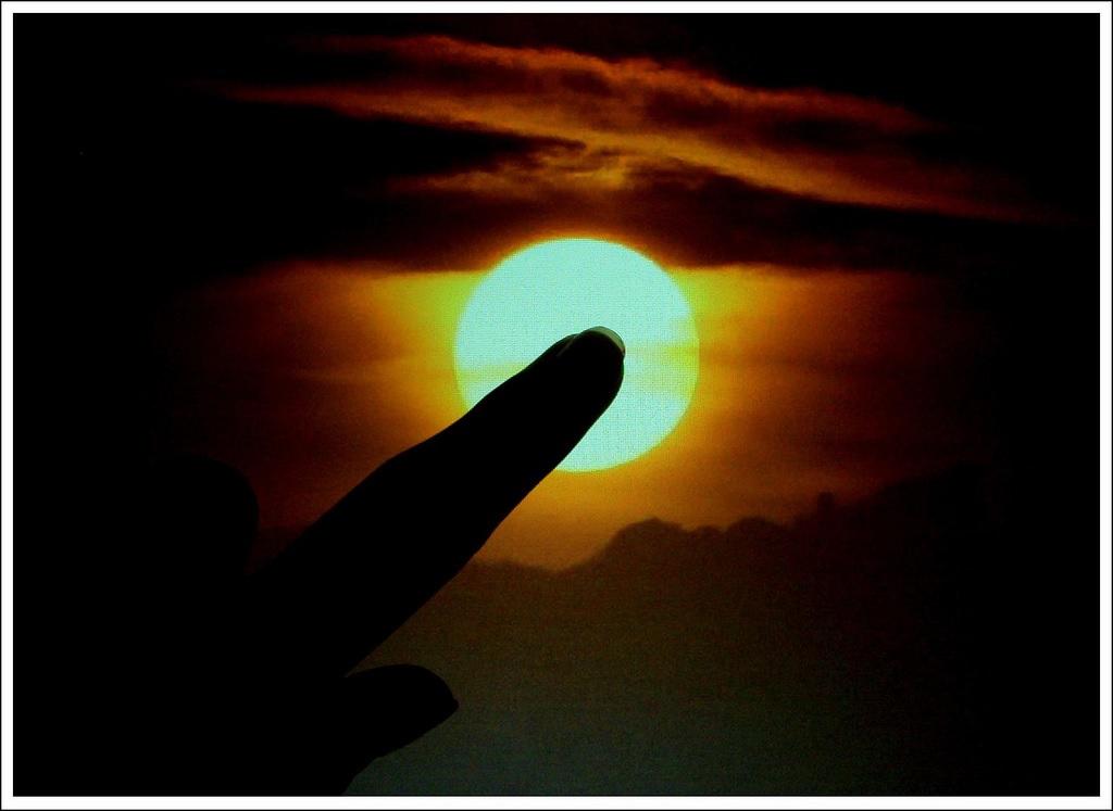 Querer tapar el sol con un dedo